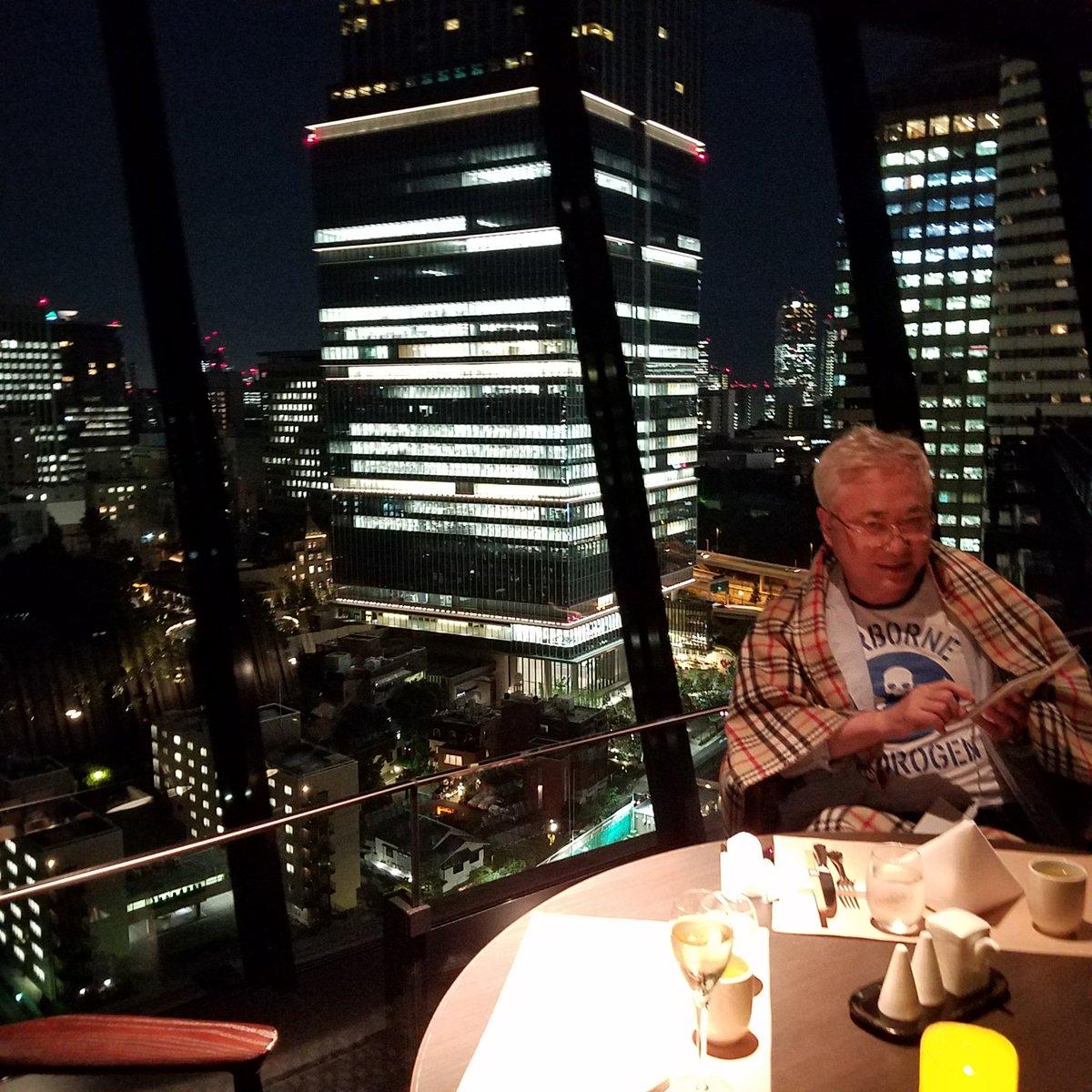 ホテルニューオータニの回転レストランでポケモンゴー。座っているだけで卵が孵るぜ。🎵なう