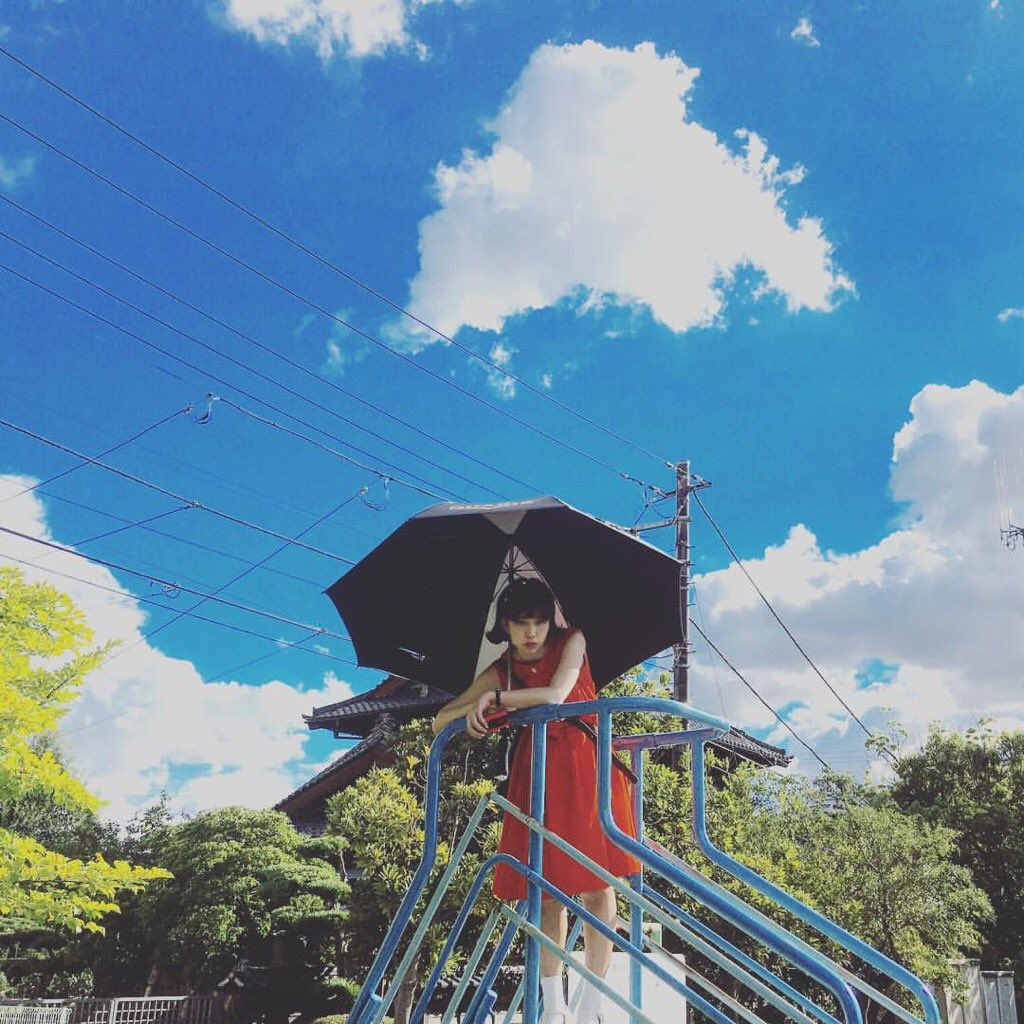 天気の日に傘をさす森川葵