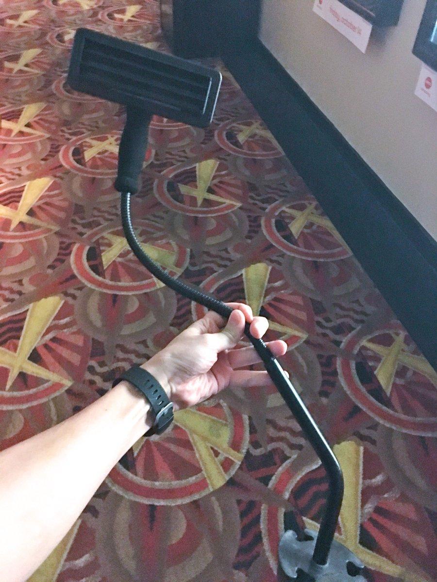 アメリカの映画館で「字幕俺だけ見えるマシーン、ドリンクホルダーに刺して」を初めて借りてみたが、クソ便利だなコレ。借りるのに10分くらいかかったので、早めに着いて借りるようにしよう。 https://t.co/2Fz2fJ9mgz
