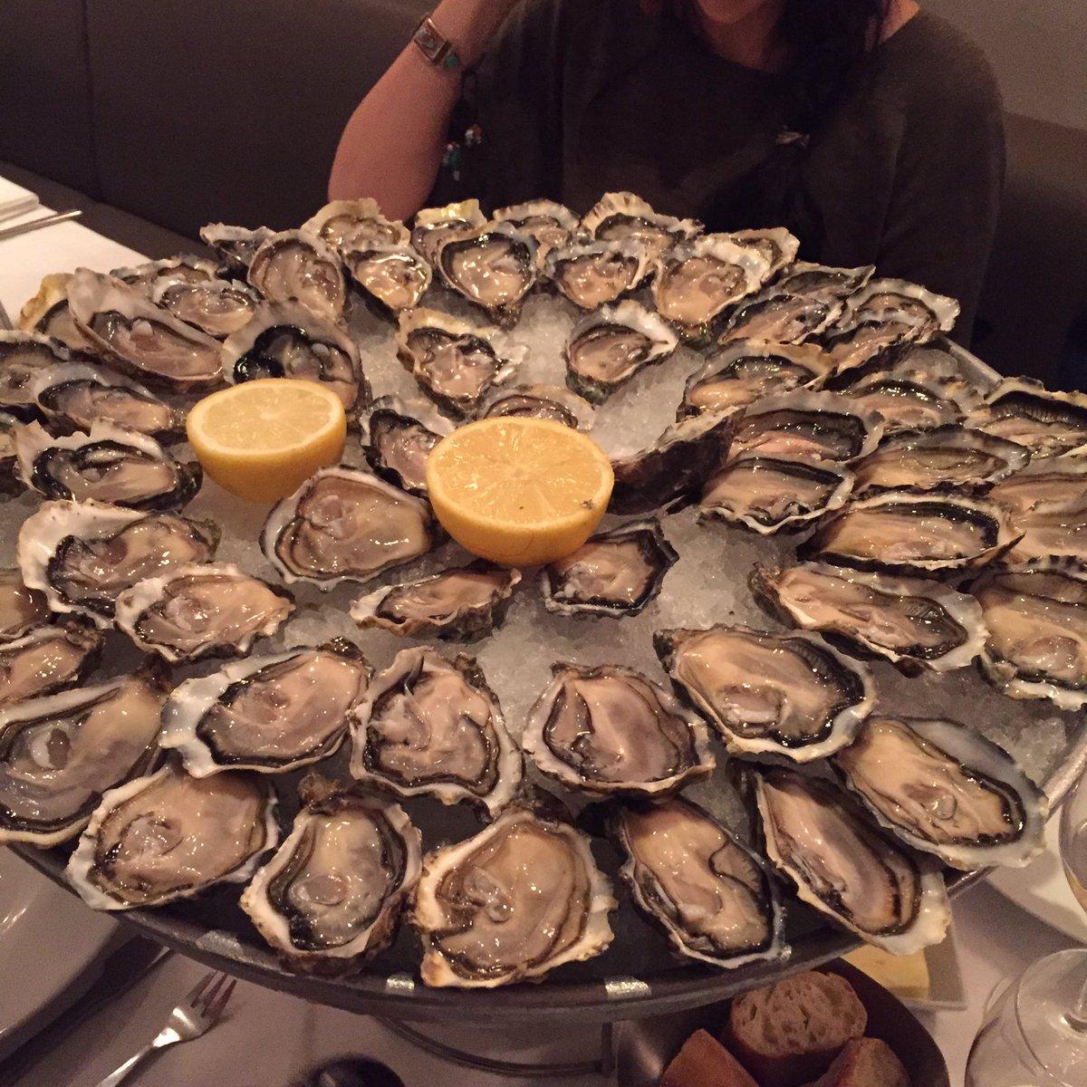 「生牡蠣が嫌いじゃないなら注文しよう。12個でいいか?」って聞かれたから、4人で12個なのかと思ってたら、一人あたら12個だった。 https://t.co/ZL1KllHOUt
