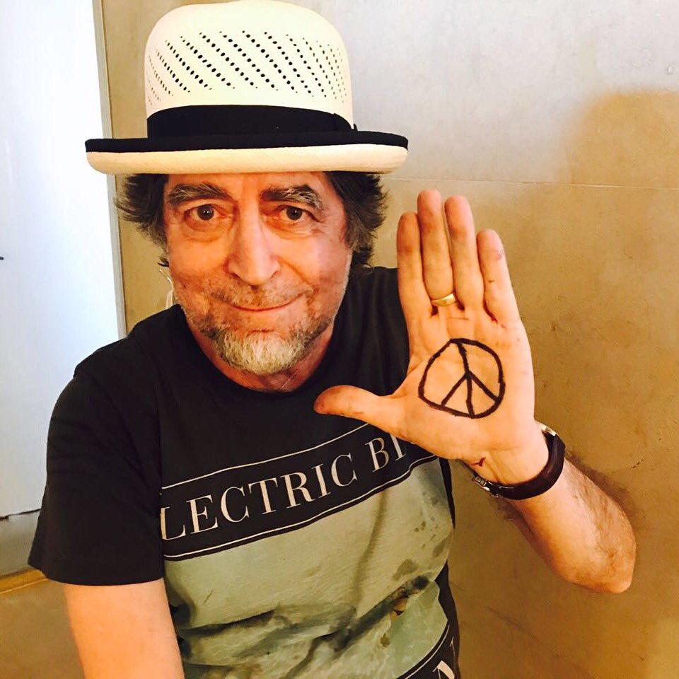 Joaquín Sabina se une a #Peace4Colombia🇨🇴 gracias al más grande!!!!!👏🏼 https://t.co/8IVNFBGdb3