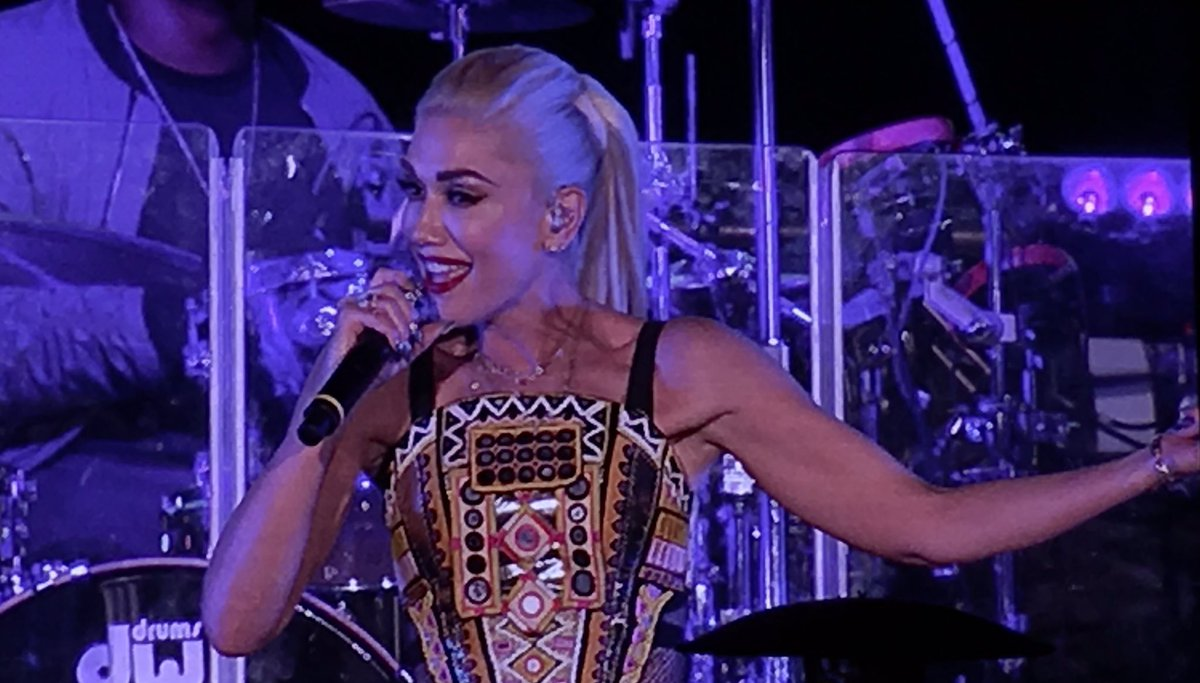 Do u really luv me? @gwenstefani #oow16 @oraclesocial https://t.co/STDXbjFIaA