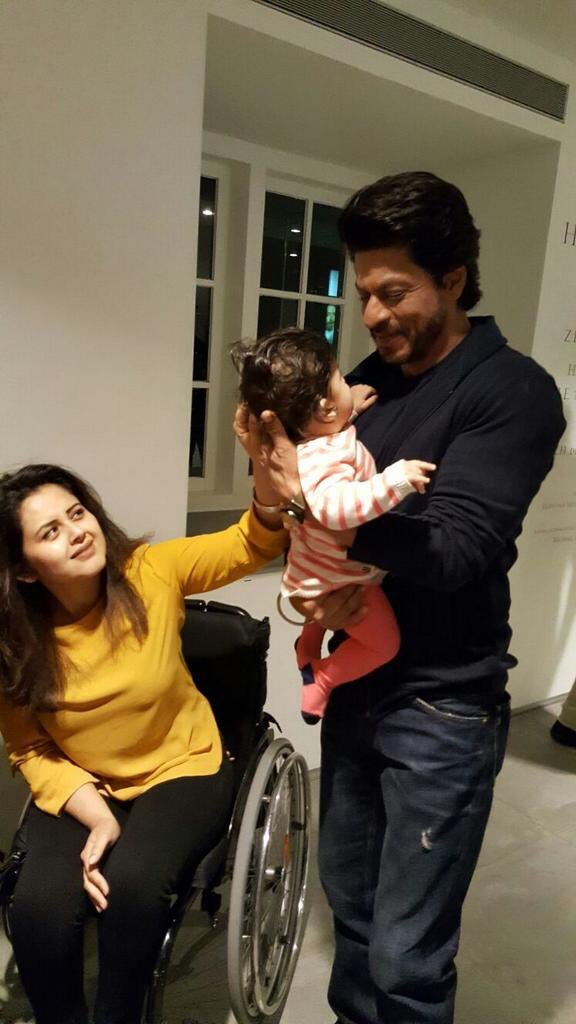 "Shah Rukh Khan Universe Fan Club on Twitter: ""#Awwwdorable : Shah Rukh Khan  with a fan and her lil baby.… """