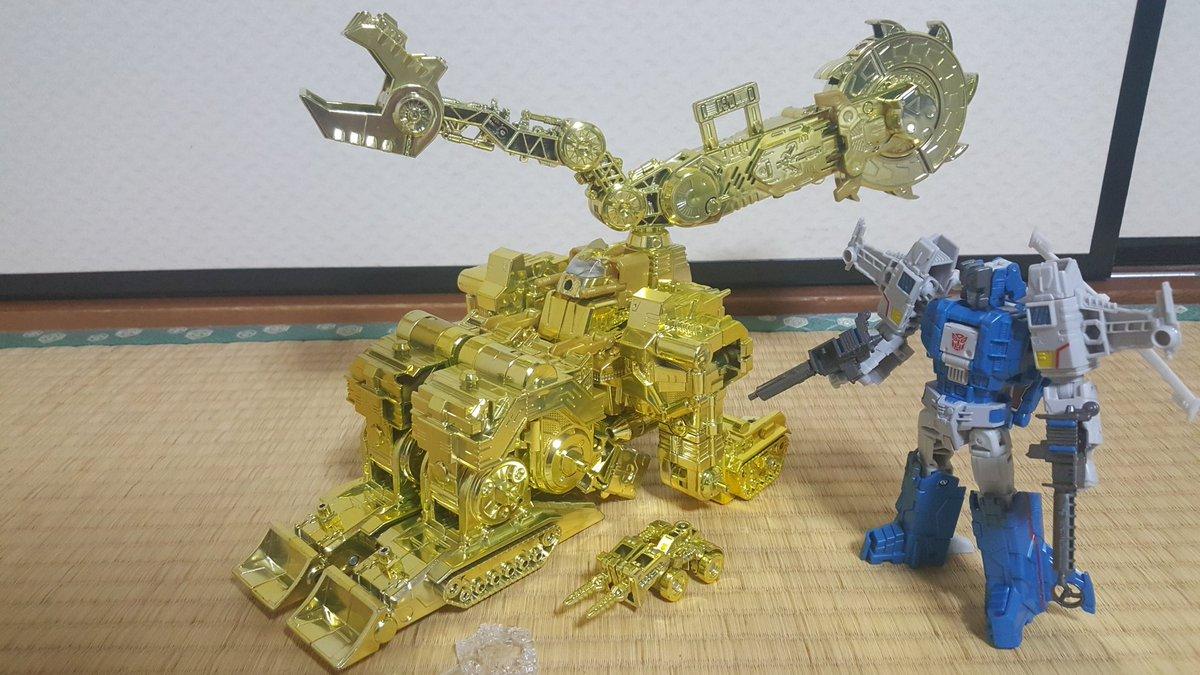 変形させちった。黄金のエクスカベーター。懸賞品変形させる奴なんて当選したチビッコくらいだろうしこれはこれで貴重な画かもしれぬ.... https://t.co/ehsaWbX9HW