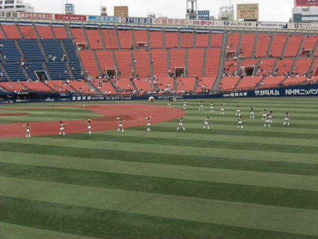 最終戦でも当時はこれくらいしか人入ってなかったんですよ。これが僕らの知ってる横浜スタジアム。 https://t.co/p9Xqyvinhf
