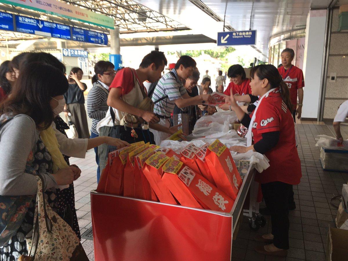 スポーツ紙5紙セット保存袋付き売りが大繁盛の朝の広島駅。 https://t.co/8tK0BjmrbF