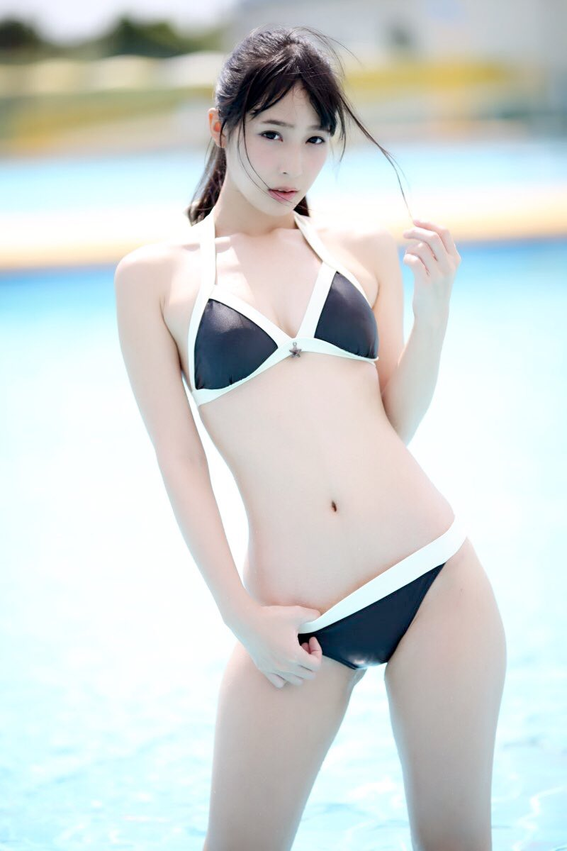 プールでショーツに指を入れながらポーズをとる川崎あや