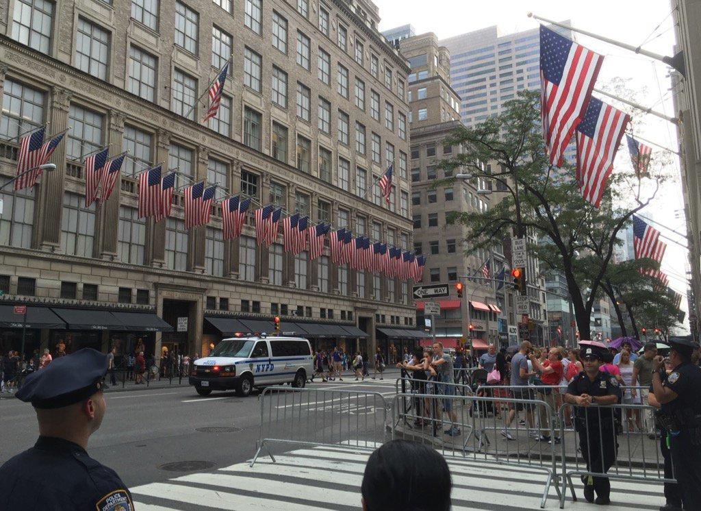 五番街のミッドタウンがニューヨーク警察でブロックされていて真っ直ぐに歩けない。連なる星条旗をみて、911から15年経ったのだと思い出した。あの日、私も泣きながらこの道を歩いた。あれから世界は少しは良くなったのだろうかー。 https://t.co/eMa3E80rlu