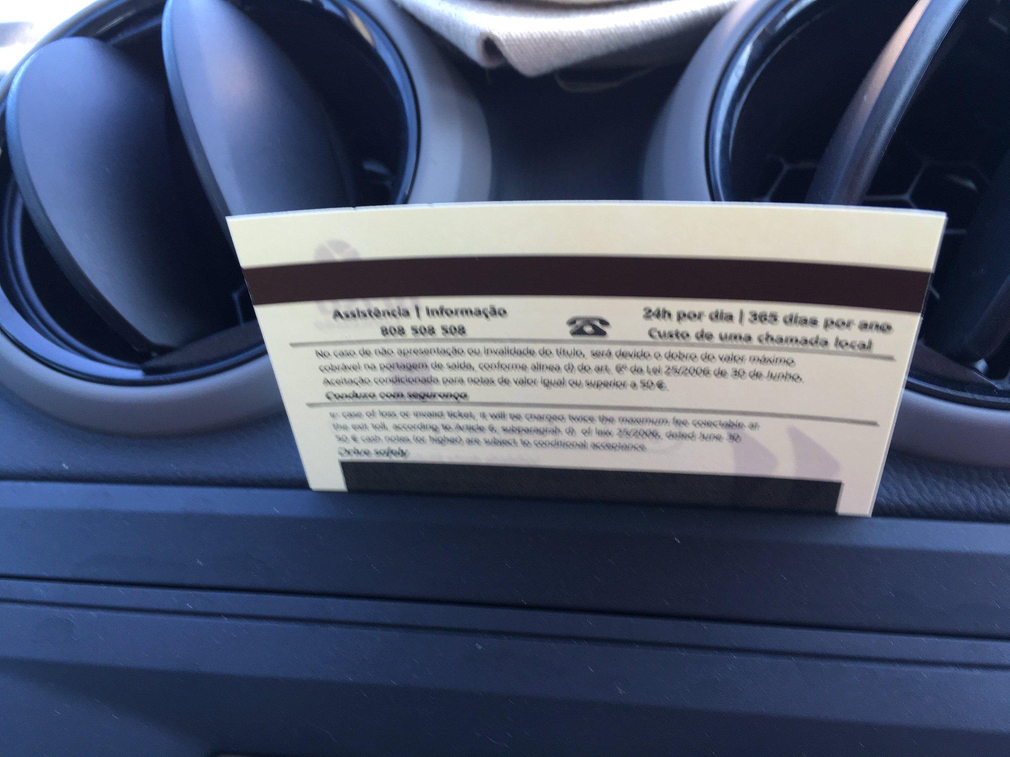 Autofahren in Portugal… Haben ein Mautkästchen. mussten jetzt doch ein Ticket ziehen. Blöd! #olimarreisen #meurers https://t.co/qBazGD2EYv