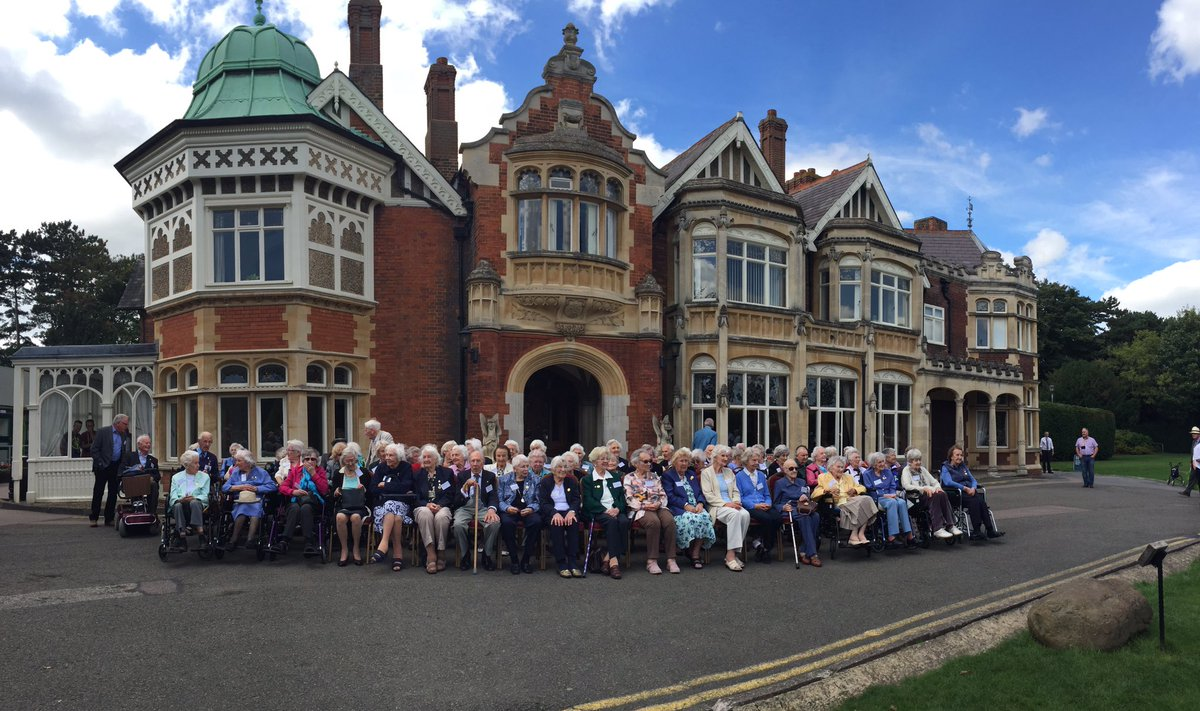 Amazing to see the #veterans gathered together for the annual #BletchleyPark #veteransreunion photograph #WW2 https://t.co/D4p61vksho
