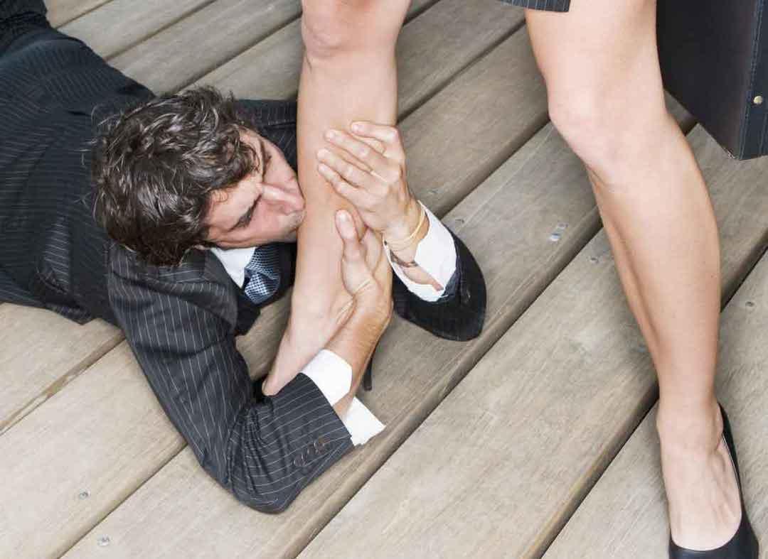 парень целует даме ножки - 6