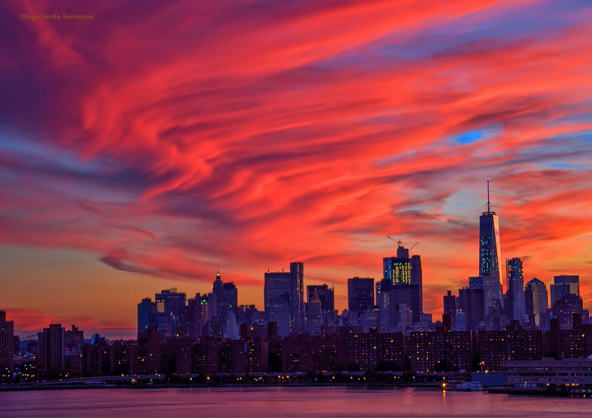 Breathtaking NYC sunset ushers in #TributeInLight on this 15th anniversary of #September11. #NeverForget #WTC https://t.co/Xc7Voo9hnE
