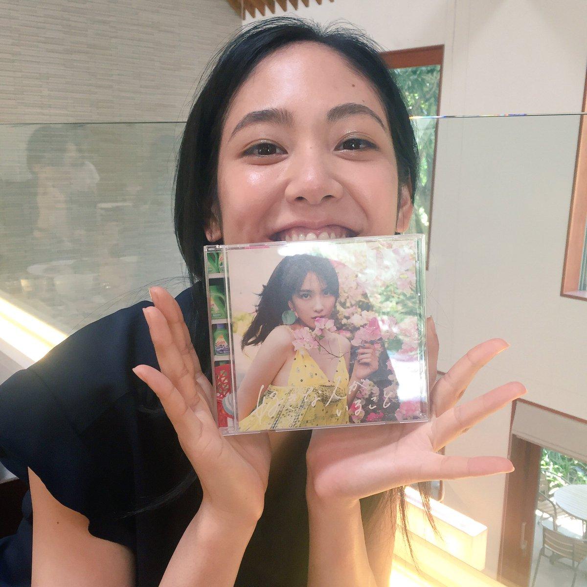 CDを持った阿部純子