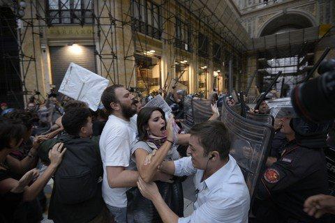 Scontri con la polizia prima dell'arrivo di Renzi a Napoli