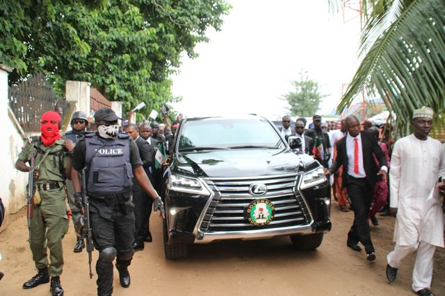 PHOTO: Gov Yahaya Bello arrives Eid prayer ground with masked security