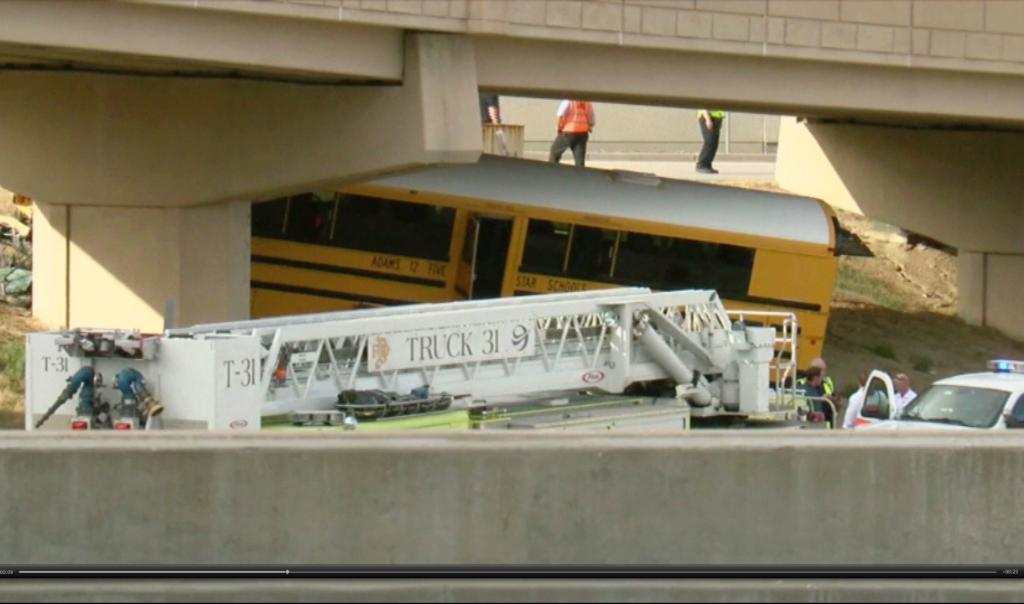 Driver killed, 18 hurt in Denver airport school bus crash https://t.co/apUERcLAXm (KMGH/THEDENVERCHANNEL.COM via AP)