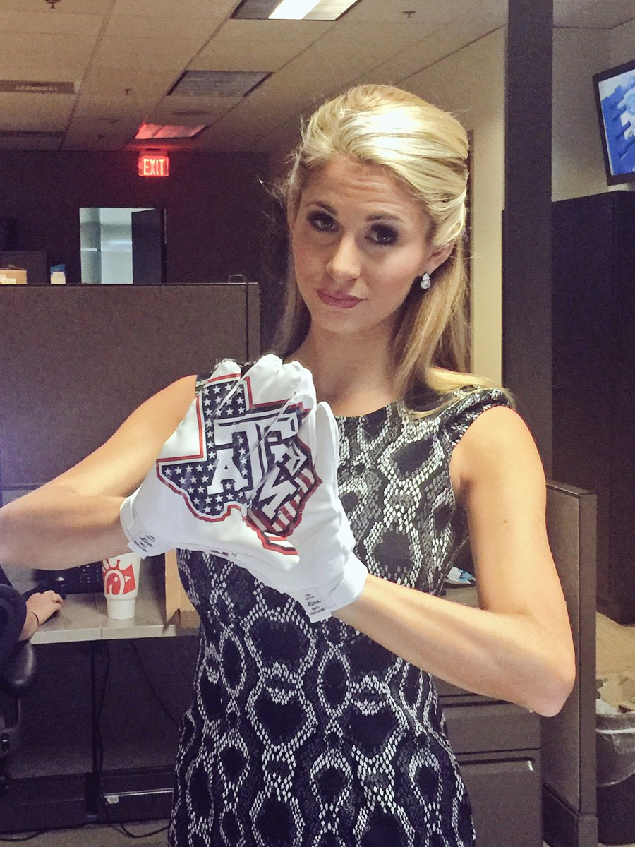 Some @AggieFootball gloves made it to the @SECNetwork studio so naturally I had to try them on. Not giving them back https://t.co/GKsY6aJwpp