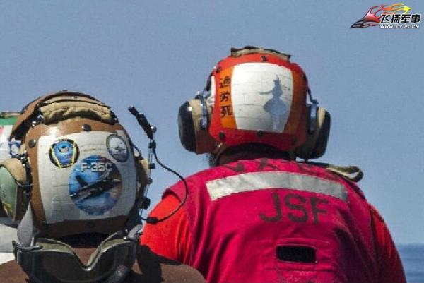 米海軍の空母乗組員のヘルメットに「過労死」と書いてあって草
