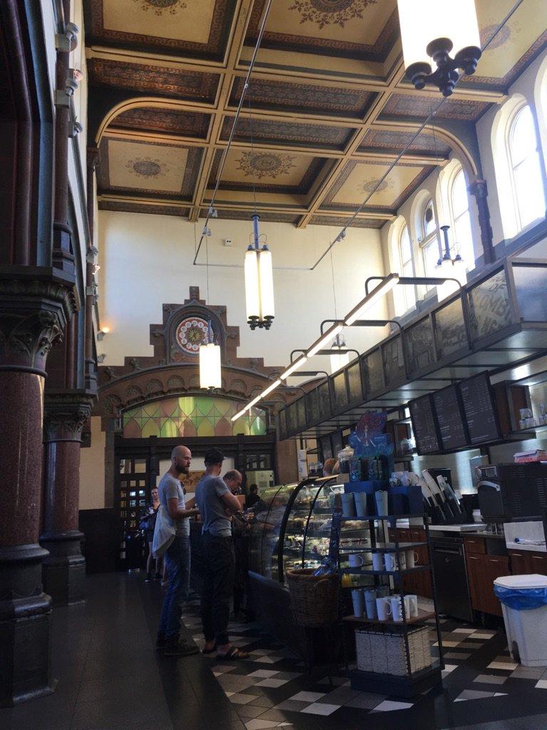 いつも行く駅構内のこのスタバ、1913年の万国博覧会の際に建てられた旅客待合室をそのまま使っているというもの(歴史好きママ友からの受け売り)。高い天井も円柱もアールデコってて、大理石やモザイクやら、ついキョロキョロしちゃうのです☕️ https://t.co/n9e7tyeEM4