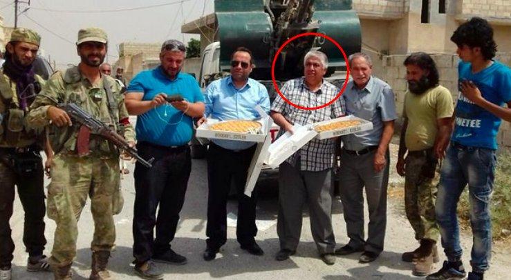 10) Gaziantep bureau head Sait Gökdere offering sweet baklavas to rebels to celebrate Turkish offensive in Jarablus. https://t.co/VaKqHCqSOu