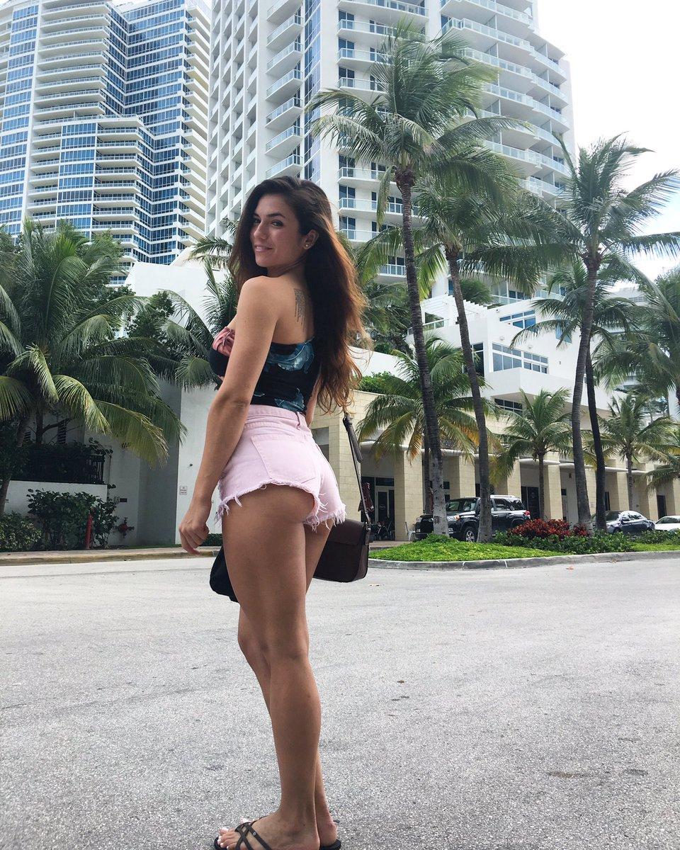 Luciana Del-mar  - Walking arou miami twitter @LuchiDelMar