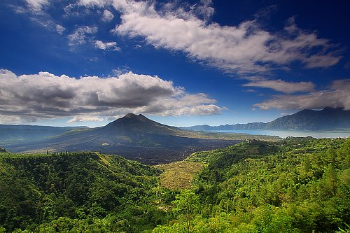 Batur Volcano And Lake - Indonesia Sumber: flickr.com/photos/tropica…