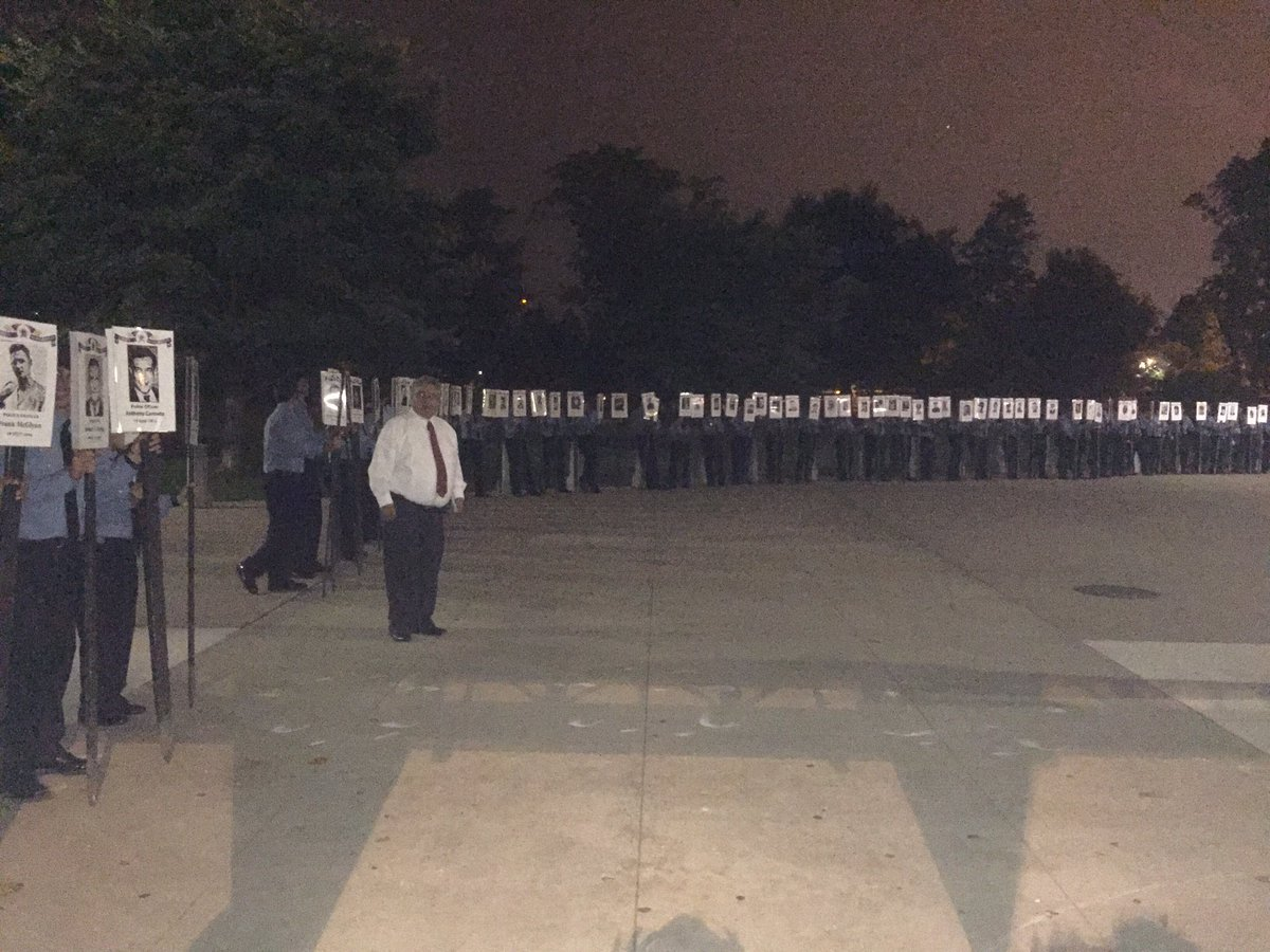 Tonight we honor the 575 CPD Officers killed in the line of duty. Remembering our promise to never forget. https://t.co/mVYESWQaWc