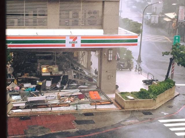 #高雄 這間超商變這樣網友傻眼:炸彈炸到嗎 #颱風 #氣象 #TyphoonMeranti #typhoon #莫蘭蒂  https://t.co/DrYQcOrNQa https://t.co/Va8i2K6fmp