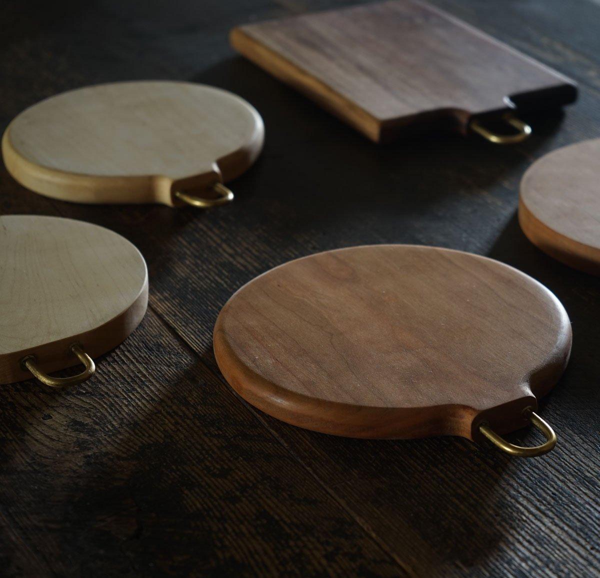 【WS受付中!枯白 koku「カッティングボードを磨こう!」】 数種類の木材・デザイン・サイズの中から選び、ヤスリで削っていきます。オイルを塗って磨けば、自分だけのアイテムが完成!