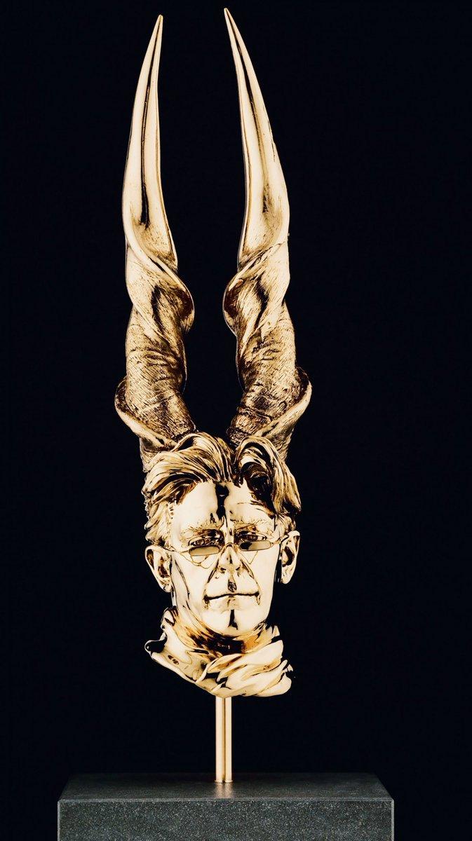 角といえば彫刻家ヤン・ファーブルの作品群が紳士+角や耳でむちゃ萌だから見てくれ。ファーブル昆虫記のアンリ・ファーブルの曾孫だ。