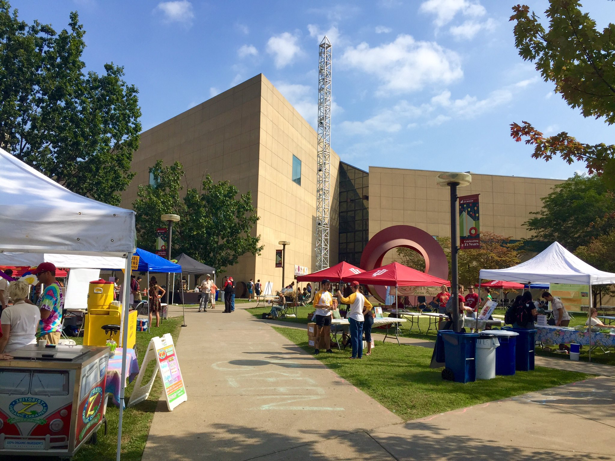 """Going on now outside Eskenazi Museum of Art, """"Big Red Eats Green"""" features local vendors, organic farmers, and FOOD! https://t.co/ykjjUJ1D4u"""