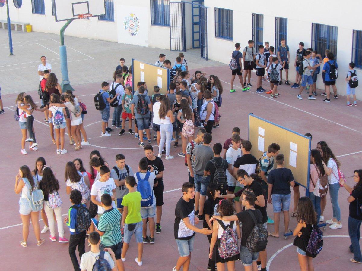 alumnos mirando listas
