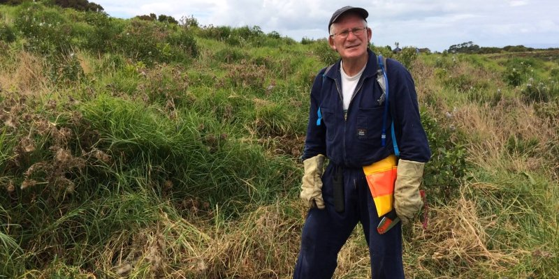 Ken Samson—dedicated weed buster on Motutapu Island https://t.co/ZaqhvOhYaX #ConservationWeek https://t.co/thd95bRPIL