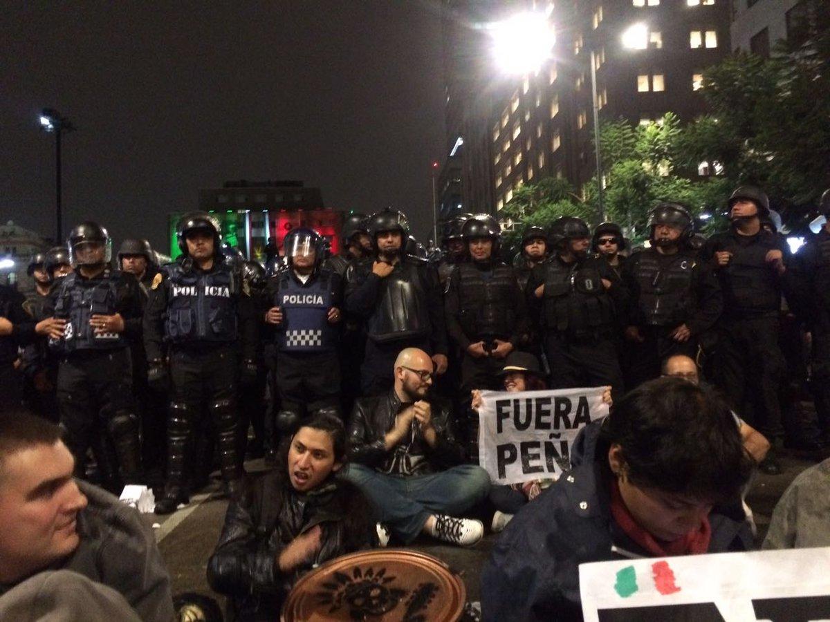 La gente se comienza a sentar frente a los granaderos frente a Bellas Artes. #Renunciaya https://t.co/b3dXoJv4cJ