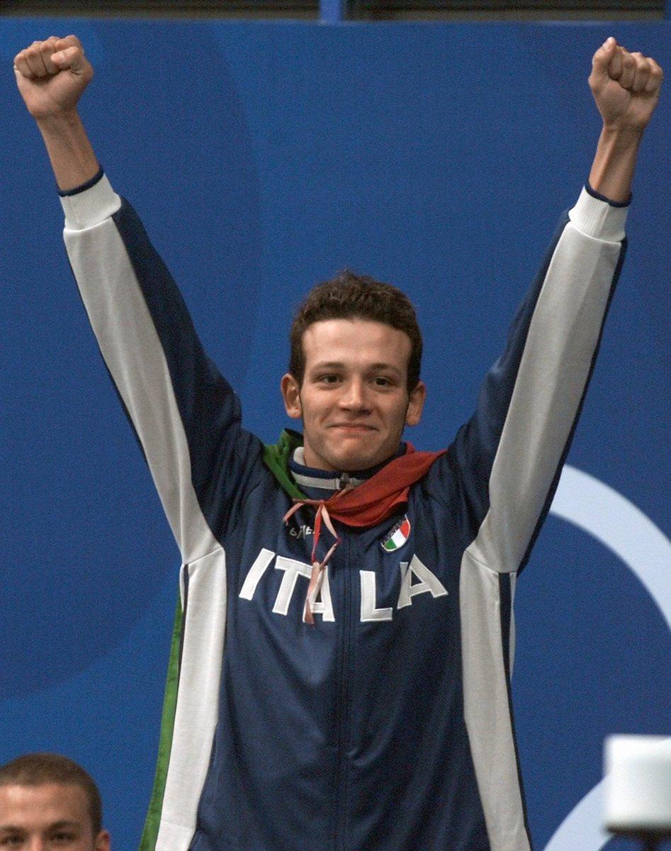 Eccolo, Domenico #Fioravanti, trionfante sul podio con la sua medaglia d'oro nei 100m rana #17settembre #Sydney2000