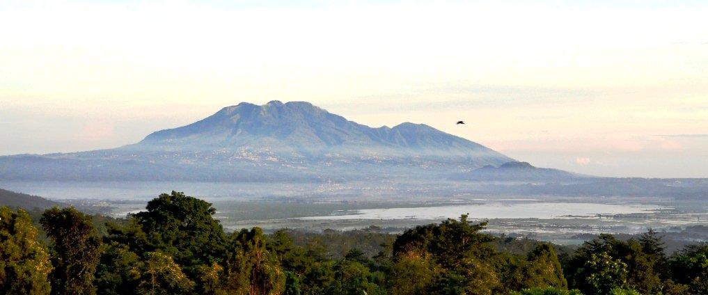 Gunung Ungaran dan Rawa Pening Sumber: commons.wikimedia.org/wiki/File:MtUn… #travel #epic #trek #mountain #adventure #Indonesia