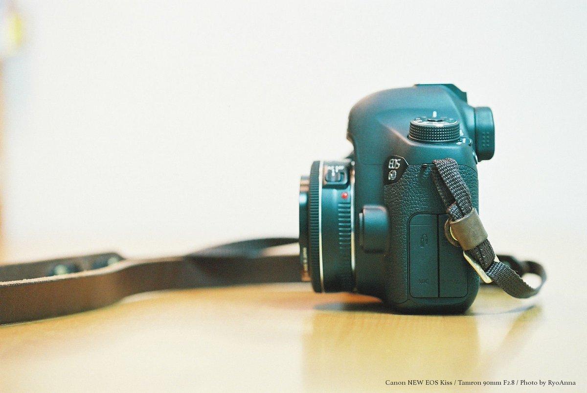 デカっ!お父さんのカメラまた変わった? いや、変わってない。 うそー絶対変わったって。画面あったよね? 紐の場所も違うし。 同じだって。  EOS 6DからPENTAX 67へ。やはり息子は勘がいい。 https://t.co/xeMhgDliKg