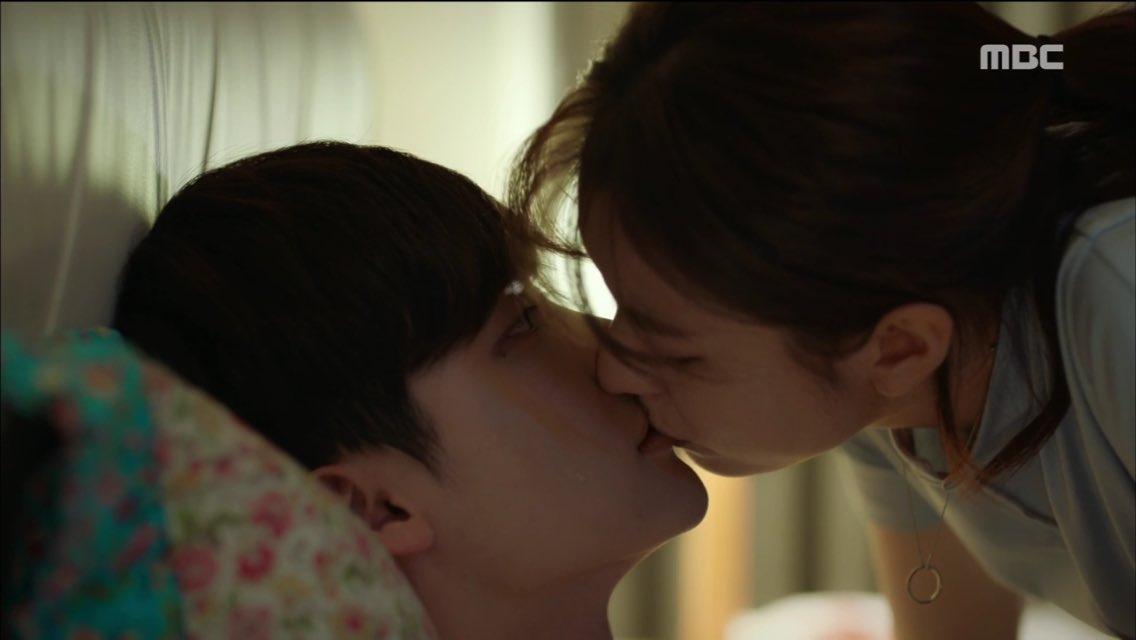 """ผลการค้นหารูปภาพสำหรับ อีจงซอก(Lee Jong Suk) และฮันฮโยจู(Han Hyo Joo) เลือกสามอันดับฉากจูบในละครเรื่อง """"W"""""""