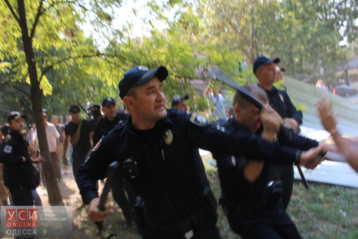 Во время сноса забора вокруг застройки в Одессе активисты подрались с патрульными - Цензор.НЕТ 8113