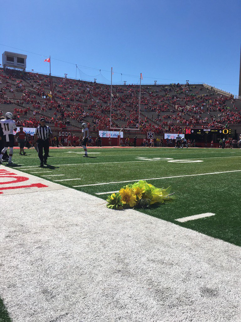 Awesome, first class gesture by @WinTheDay to lay flowers at 27yrd line for lost @HuskerFBNation punter Sam Foltz https://t.co/k8HqU1BtCC