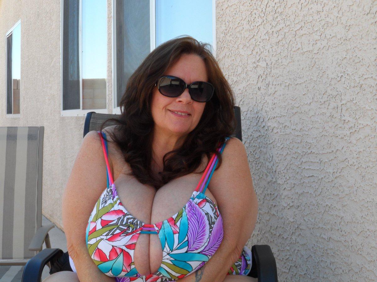 большая грудь женщины в возрасте