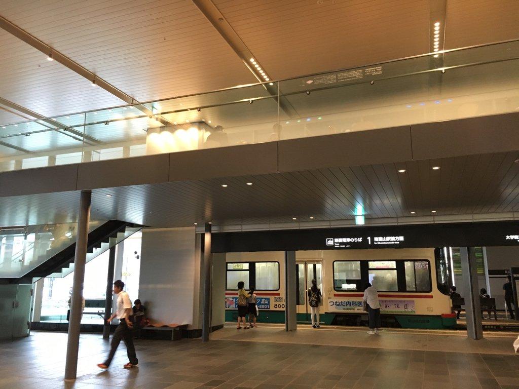 富山駅、新幹線・在来線と路面電車の駅が一体化していて素敵 https://t.co/1ONWEZsTG3