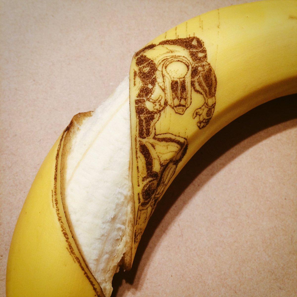 押しピンで皮に穴を開け変色させて描くザ・ハンドにかかればバナナすらけずり取るッ!ガォン!#jojo_anime #スタンド #バナナート pic.twitter.com/C0FrqjXh0o