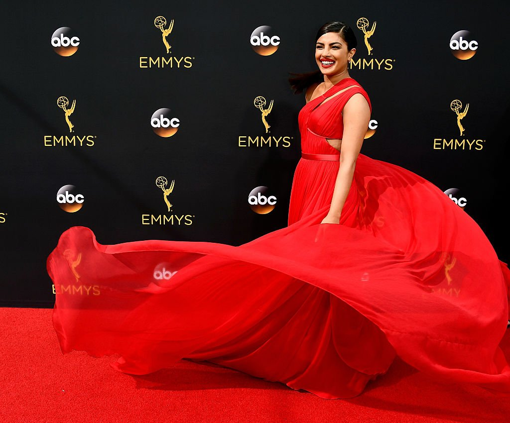 Priyanka Chopra looks stunning tonight  #Emmys #Hollywood #TV #California https://t.co/R7I2swnK1n