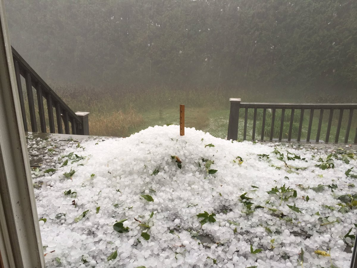 """7"""" of hail in Middleton in under 5 minutes!! @Bob_Lesh @jnelsonweather https://t.co/OPXi1wB4fn"""