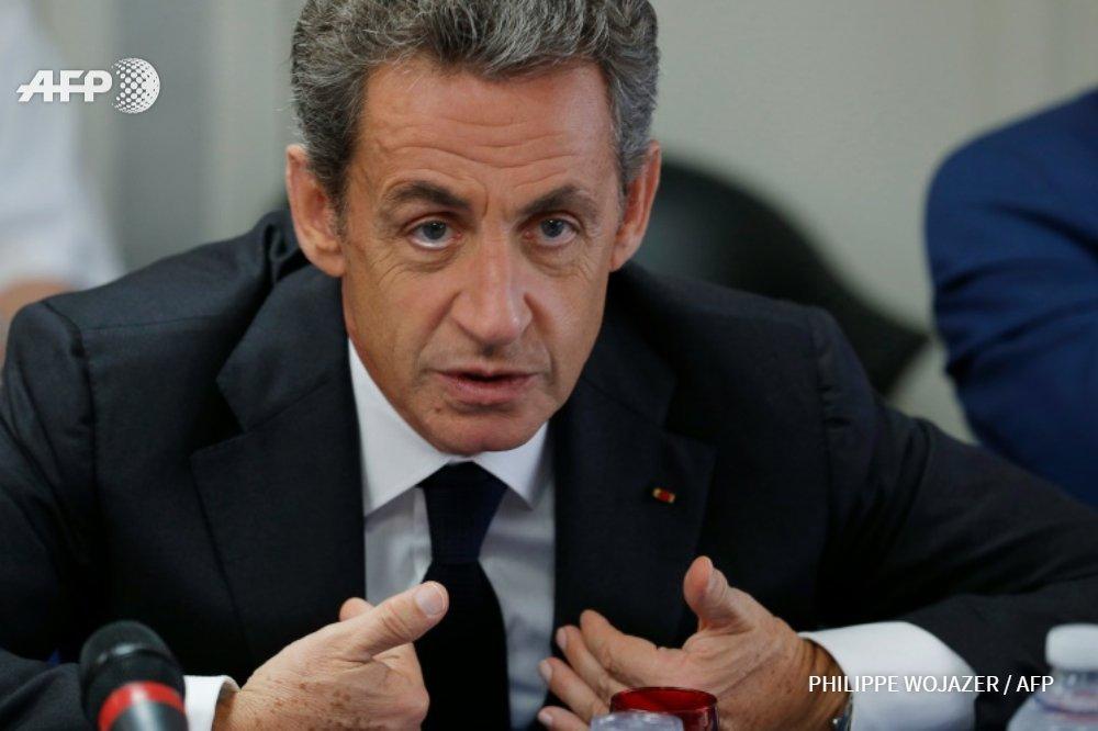 """Sarkozy: """"Dès que l'on devient Français, nos ancêtres sont gaulois"""" . https://t.co/wHUtvZQTNC #AFP https://t.co/pCKX71Ur0t"""