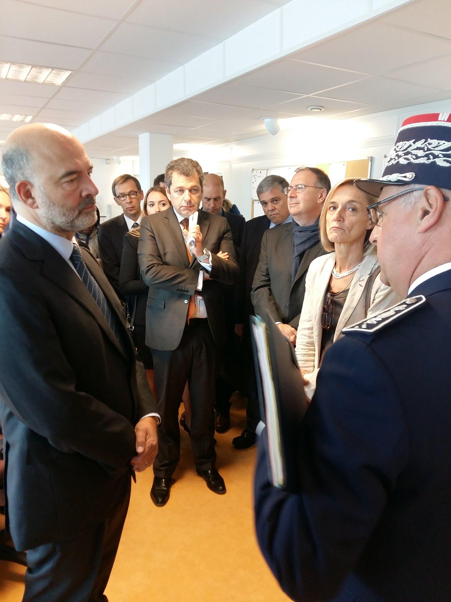 Roissy. #Moscovici en visite à la cellule de lever de doute de la #douane à l'aeroport de Roissy. https://t.co/jgfevGncgk