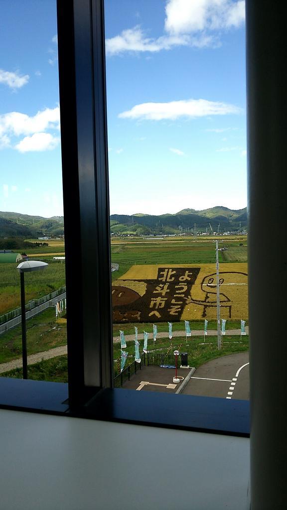 なってしまったけど、ようやく行けました。 あのゆるキャラ君も、明るく色付いてお出迎えw 新函館北斗駅 北海道新幹線 乗ってません ずーしーほっきー