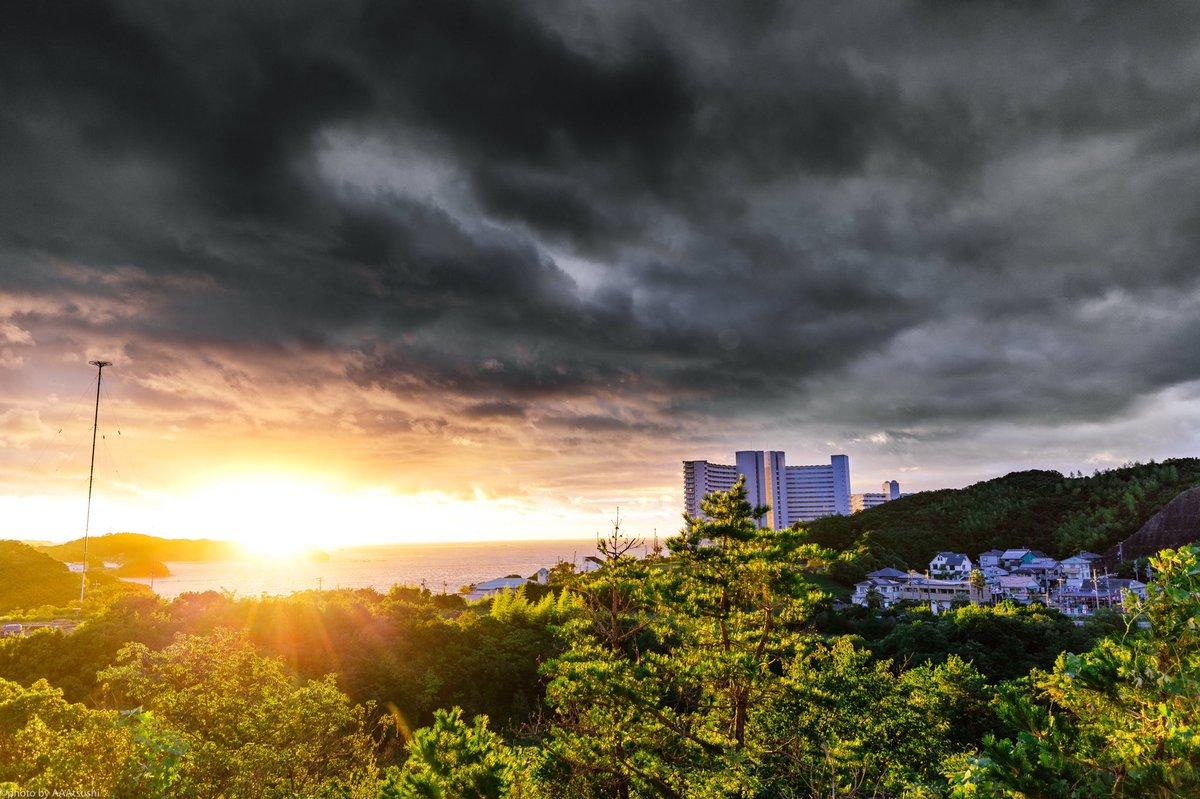 台風が再上陸した 和歌山でみた夕日が 殺人的な景色やった 台風の隙間を見た気分。