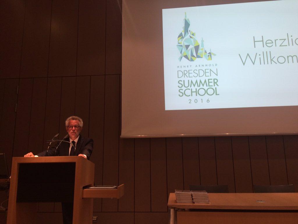 Es geht los - Hans Vorländer eröffnet die #ddss16 in den @skdmuseum https://t.co/iv0oAhU6ZK